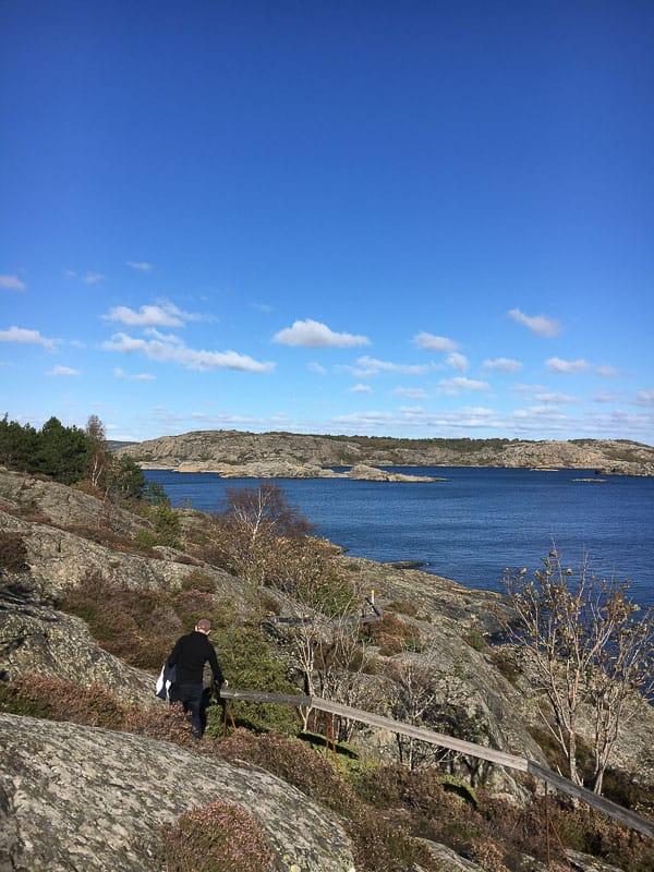 Dyrön is een prachtig autoloos eiland aan de westkust van Zweden. Neem de veerboot erheen, loop het 5km lange wandelpad en geniet van de scherenkust!